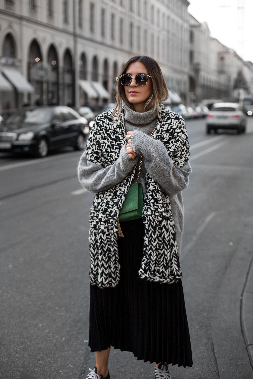 Sandra Ebert of black palms trägt schwarz weiß grau Chucks H&M und grüne Saint Laurent Bag streetstyle