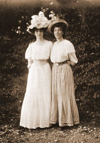 Titanic era 2nd class passenger fashion. Summer clothing, middle class women. These styles are a few years old but still worn in 1912.