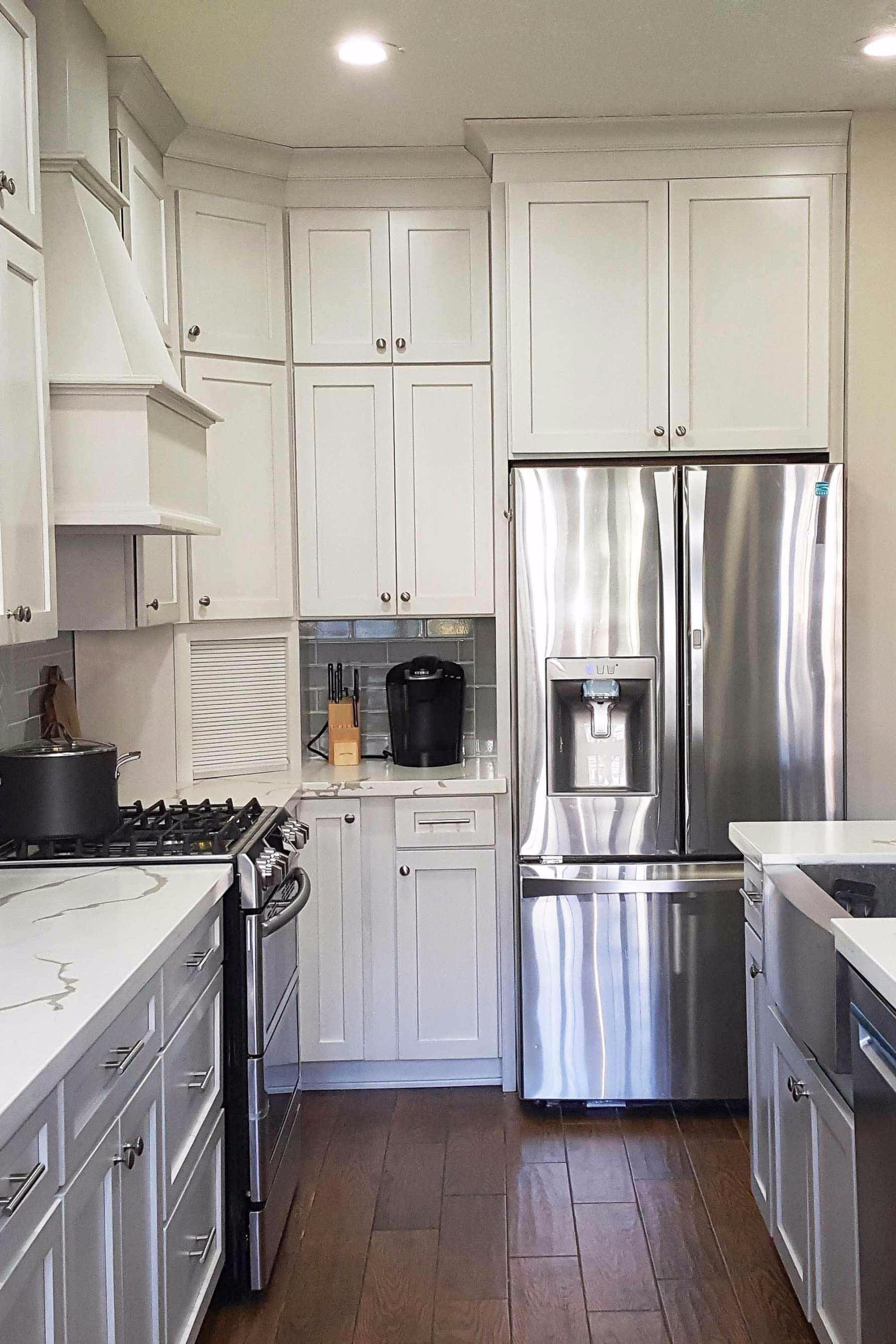 This Subtly Two Toned Kitchen Features Stacked Cabinets With Crown To The Ceiling Kitchen Kitchen Cabinets Two Tone Kitchen