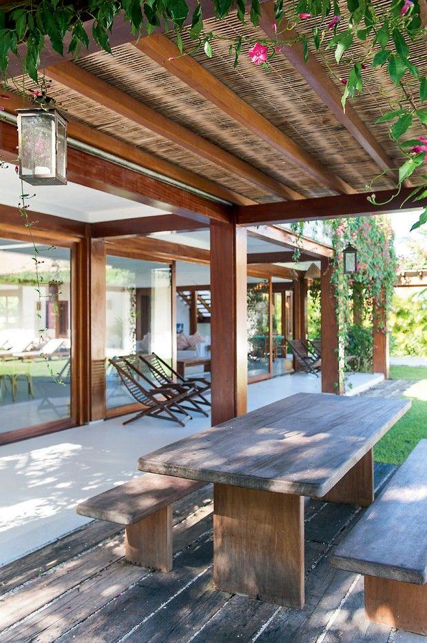 Casa de praia r stica tem ambientes integrados e madeira - Casas de campo en elche de bancos ...