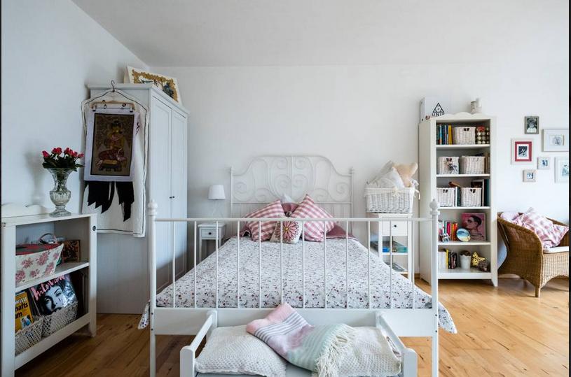 Schlafzimmer Bilder ~ Helles geräumiges schlafzimmer mit weißem metallbett