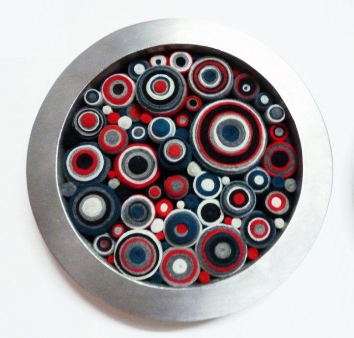 Cuadro circular con marco de acero esmerilado y retazos de telas ...