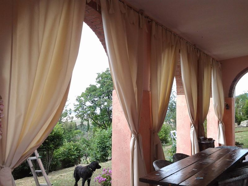 Tende in tessuto da esterni montate su bastoni in acciaio - Tende bambu per esterno ...