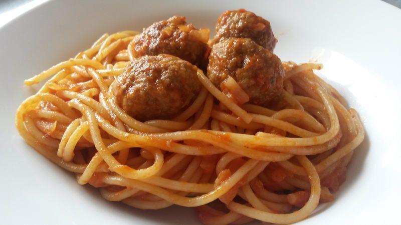 Espaguetis con salsa de tomate y albóndigas – Spaghetti al pomodoro e polpette