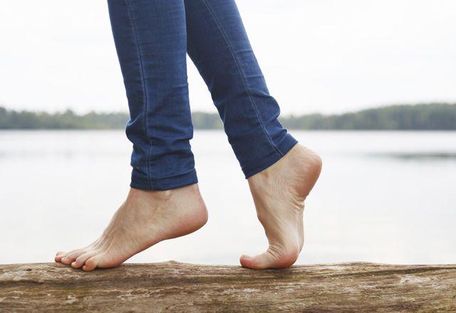 靴を脱いでスッキリ!「裸足」がもたらす9つのメリット