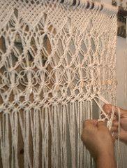 fazendo uma cortina de macrame (E l i a n a R e i n a l d o) Tags: cortina linhas artesanato artes fios mos macrame macram barbante