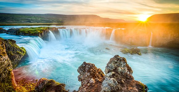 Este viaje a Islandia es ideal para aquellos que quieran dar la vuelta por el famoso Ring Road y quedar fascinados con todas las sorpresas que le depara Islandia. Tendréis la oportunidad de explorar a vuestro aire los más importantes y famosos parajes y ciudades de Islandia. Y podréis acabar vuestro viaje con la última sensación en aventuras: bajar por el interior del volcán Thrinuhkugigur (opcional).