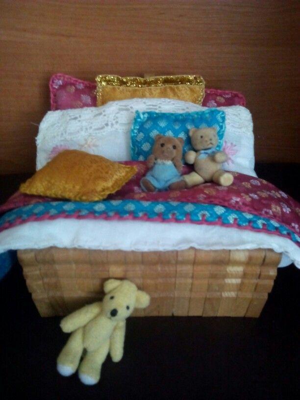 Mini łóżko Miniatures bed clothes peg minihouselovepl.blogspot.com