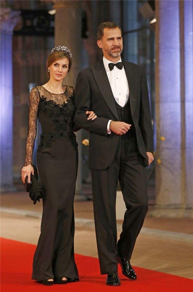 Así llegaban don Felipe y doña Letizia, que volaron a Ámsterdam a última hora de la tarde ya que ayer era también el cumpleaños de su hija Sofía. Foto: Gtres.
