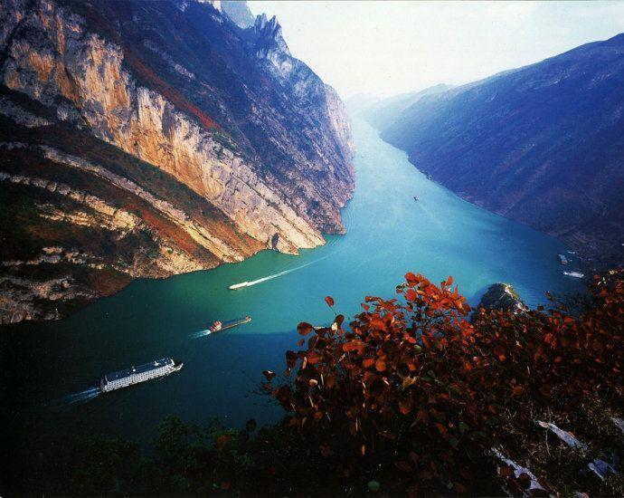 Entdecken Sie China zu Wasser! Der Yangtze Fluss, der längste Fluss in China, ist eine Reise wert. Lassen Sie sich an Bord verwöhnen und genießen Sie die einzigartige Landschaften durch eine Yangtze Kreuzfahrt mit uns!