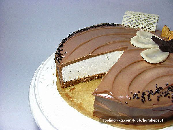 Nepečeni kolač / torta sa kremom od sira, podlogom od keksa i pečenih lešnika i mekanom kremom od čokolade sa aromom lešnika.