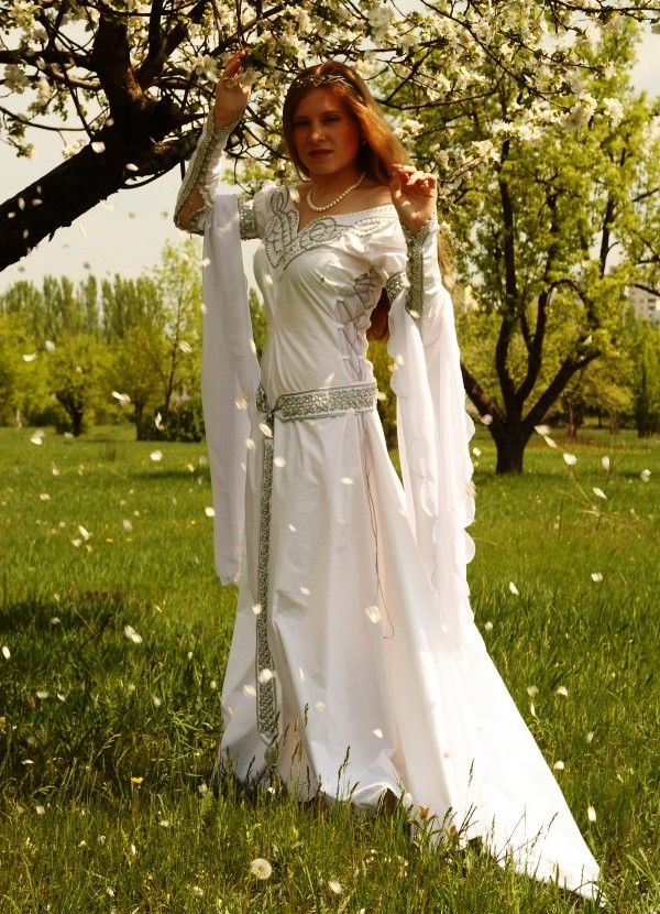 Medieval isolde wedding dress medieval renaissance for Renaissance inspired wedding dress