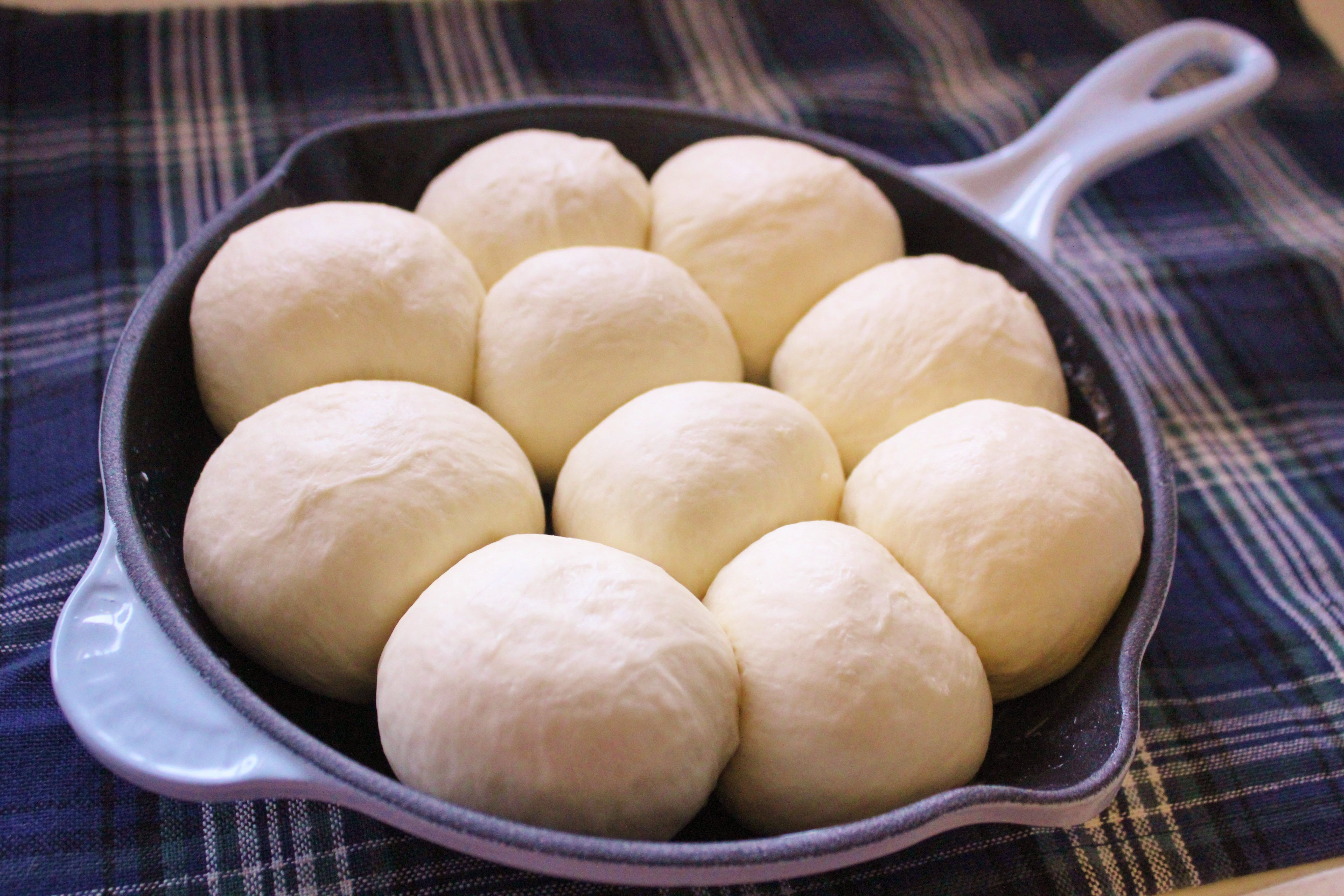 スキレットで朝から焼けちゃう!簡単モチ肌ちぎりパンのレシピを公開