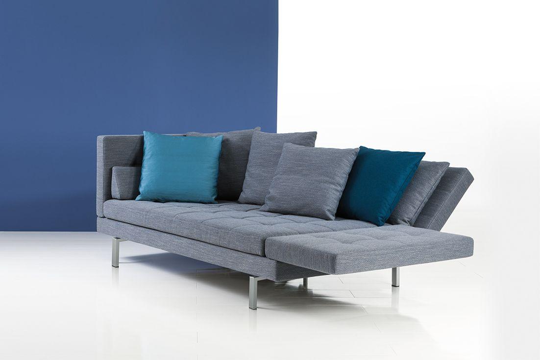 Das Amber Sofa in grauem Stoff von Brühl. The Amber sofa in grey fabric from Brühl.