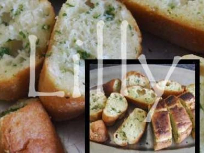 Misturamos muito bem o alho, a manteiga (costumo derreter), a salsa e o sal. Cortamos a baguete em fatias na diagonal. Passamos a mistura dos dois lados do pão e num pedaço de papel de alumínio. Juntamos o pão e enrolamos no papel de alumínio. Levamos...