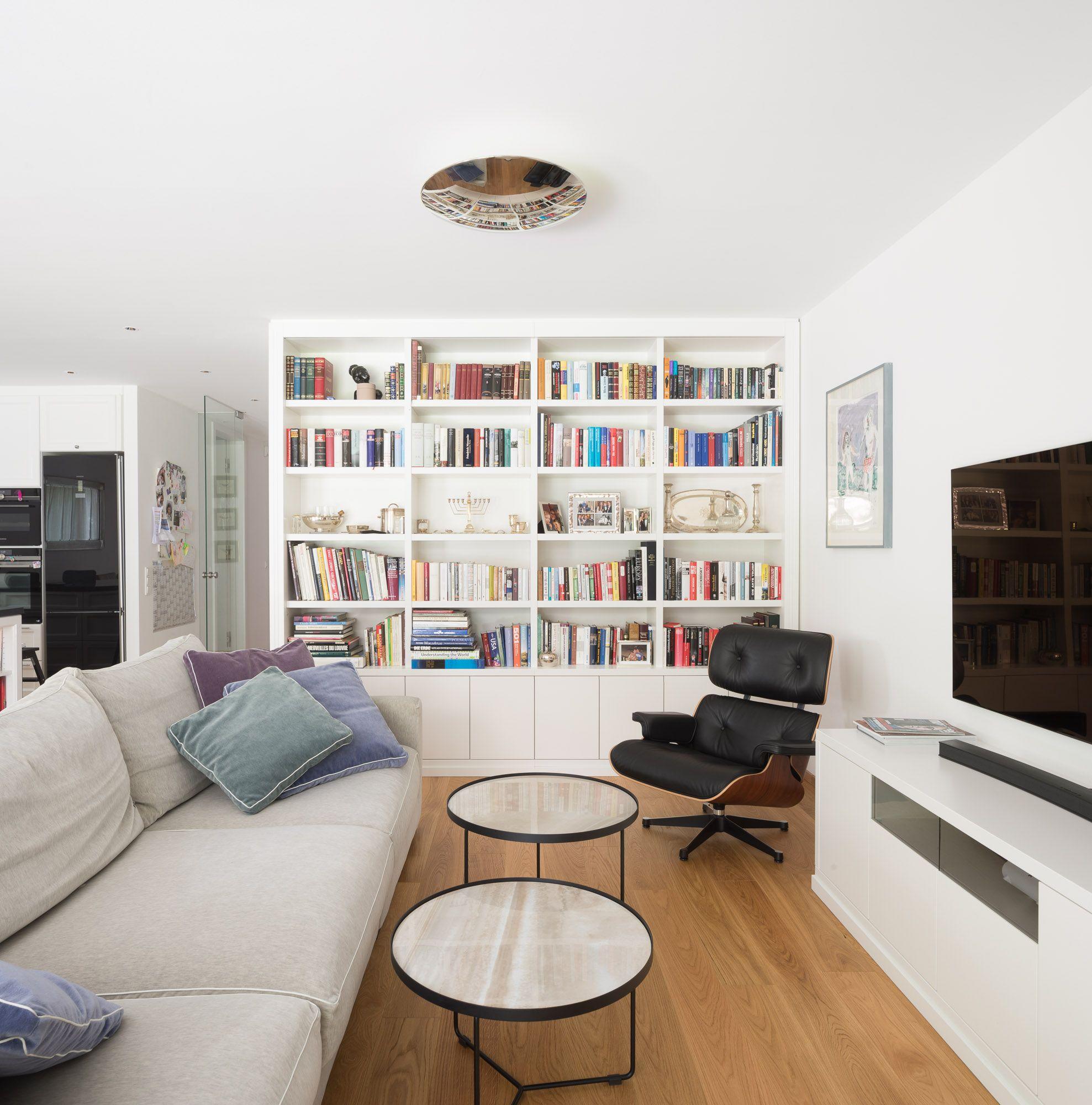 Wohnzimmer mit Bücherwand  Bücherwand, Bücherregal weiss, Wohnzimmer