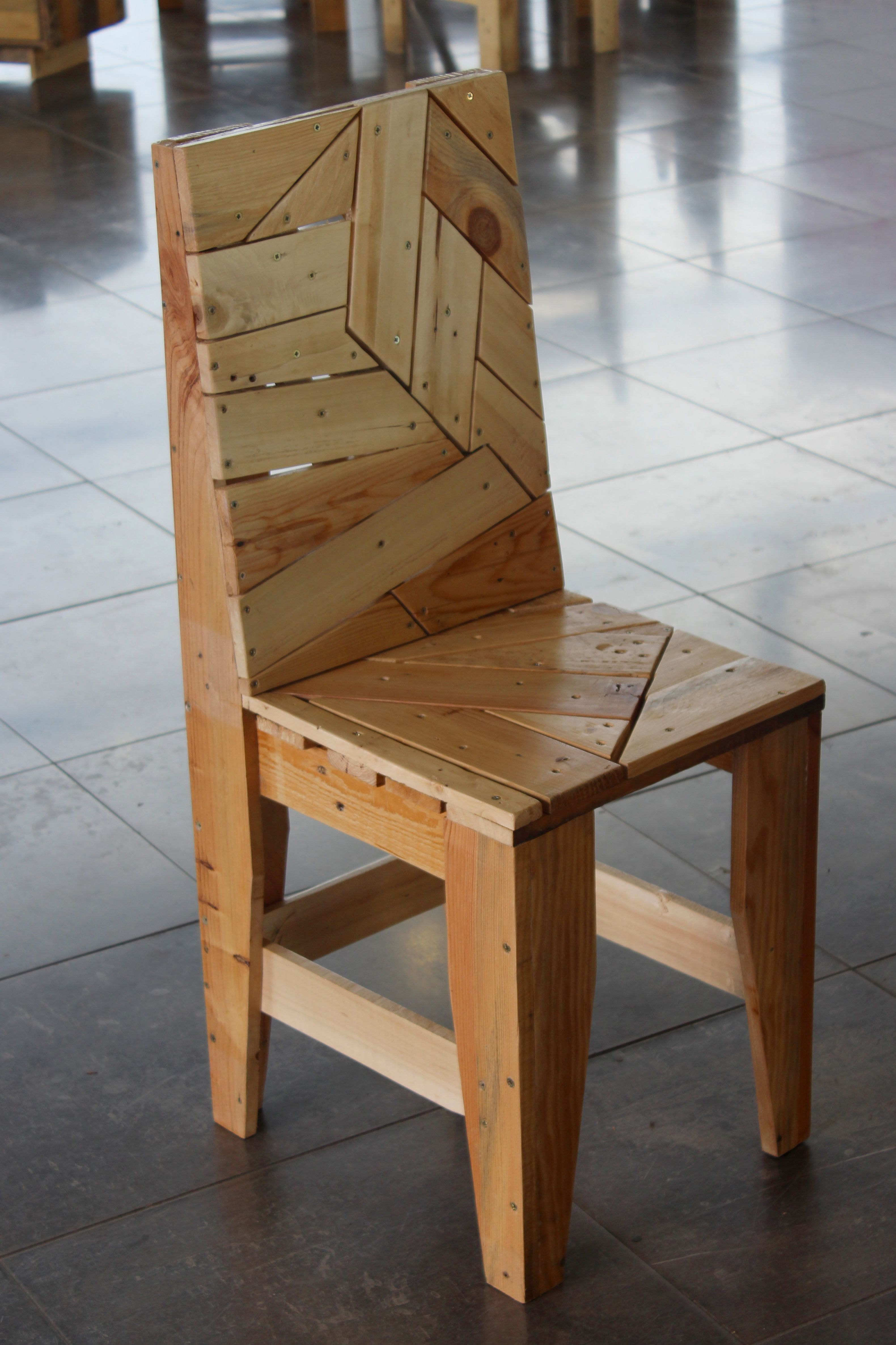 chaise design en palettes recyclees