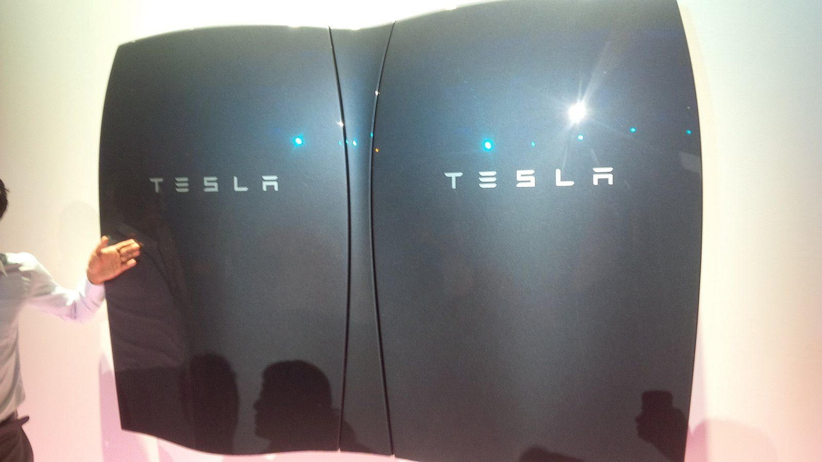 Tesla Unveils A Battery To Power Your Home Completely Off Grid Tesla Powerwall Energy Storage Alternative Energy