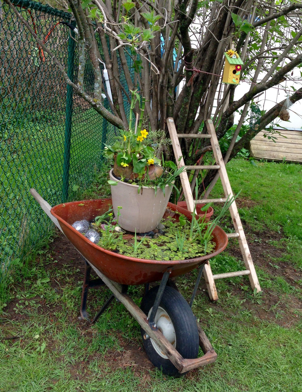 Recyclage brouette en fontaine de jardin