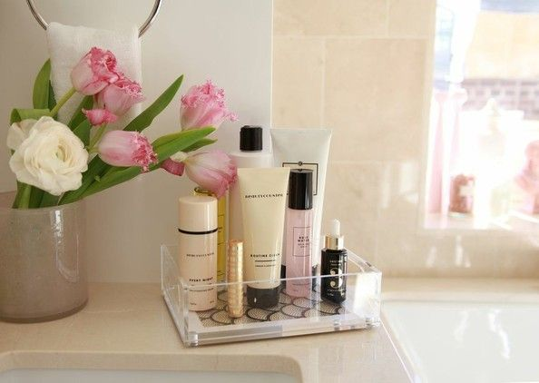how to instantly declutter your bathroom counter | small tray