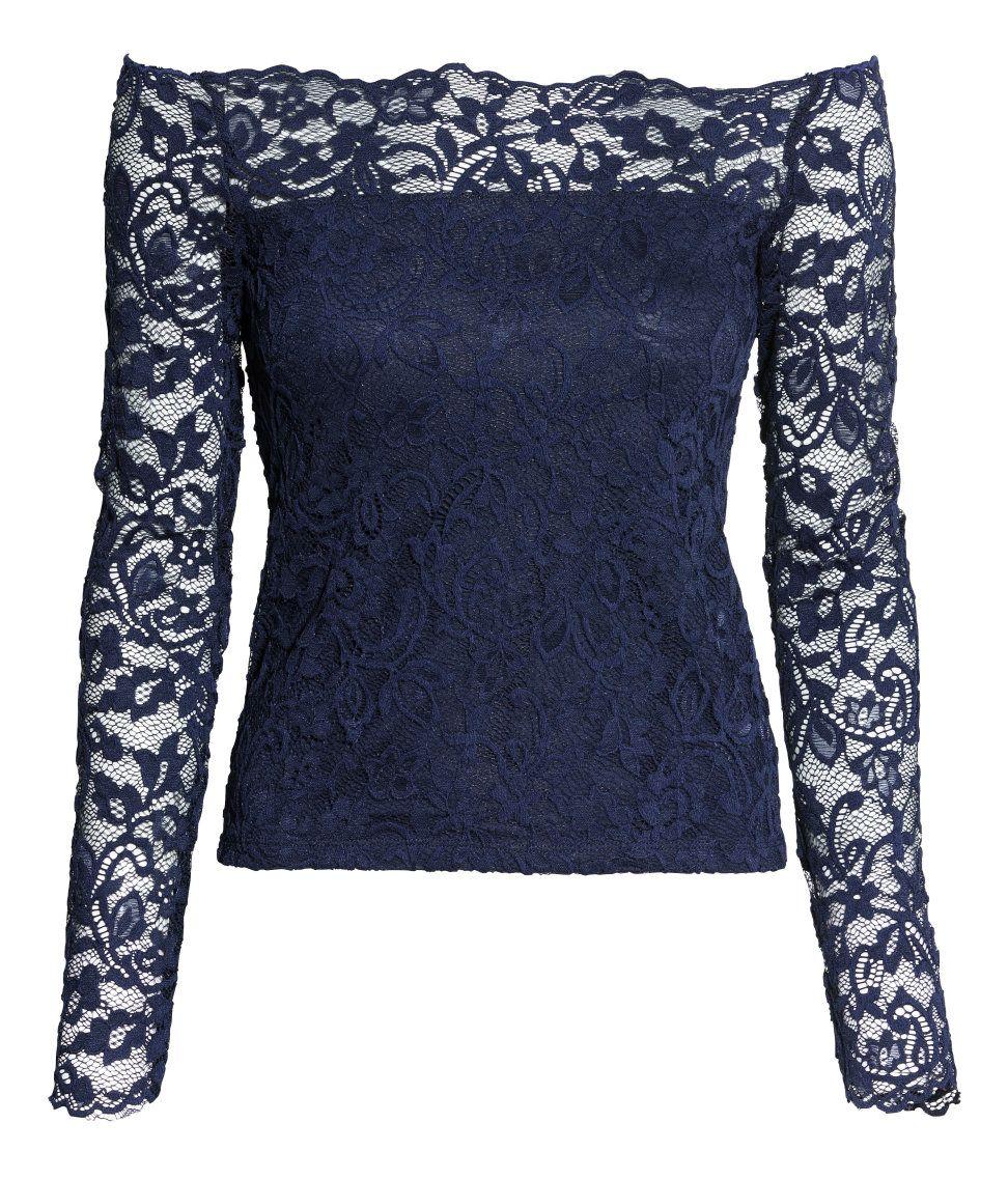 Een off-the-shoulder top van kant. Deels gevoerd met tricot.