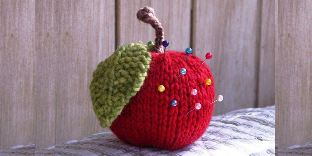 Брелок яблочко вязаное