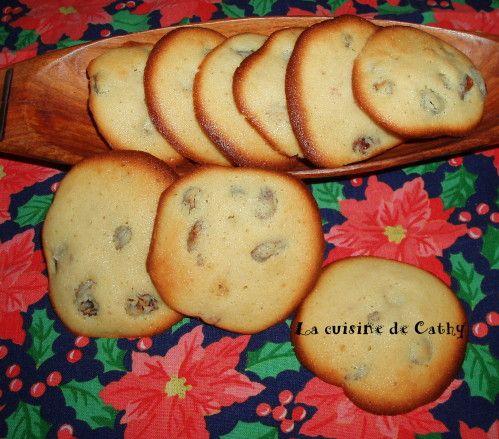 Avec mes petits raisins macérés au cognac que j'avais oublié dans un coin, j'ai réalisé ces biscuits moelleux. A présenter avec une crème ou une glace. A proposer pour le moment du thé ou à offrir... Ingrédients: 125 g de beurre 125 g de de sucre 8 cl...