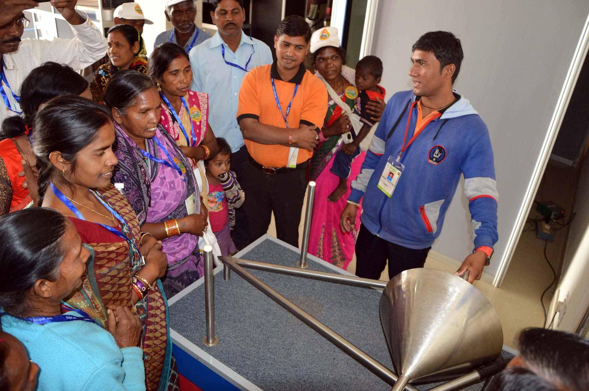 देश-विदेश के वैज्ञानिकों द्वारा किए गए विज्ञान प्रयोगों के बारे में जानने के लिए रायगढ़ जिले के पंचायत प्रतिनिधि पहुंचे छत्तीसगढ़ साइंस सेंटर. जहाँ उन्होंने हवा में उड़ती गेंद, जादुई पानी का नल, अनंत कुआं और मजाकिया दर्पण देख आनन्द लिया. छत्तीसढ़ के संसाधन तथा बस्तर के वाद्य यंत्रों की मधुर आवाज ने उन्हें बेहद लुभाया.