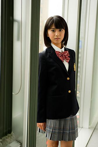 Chica coreana y uniforme escolar