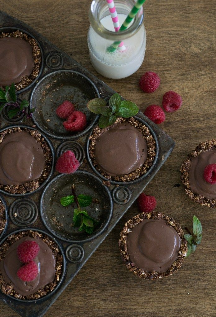 Luscious and guilt-gree Chocolate Mint Pudding Pies from An Unrefined Vegan. Oil-free, sugar-free, gluten-free.