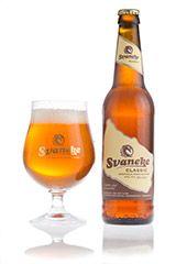 SVANEKE CLASSIC / Øllen har en gylden farve og en udpræget glans efter den lange lagring. Korn, malt og græs hviler i duft og smag. Eftersmagen kan minde om honningkage.  Velegnet til frokostretter eller til en hyggestund.  Undergæret. Alc. 4,6% vol