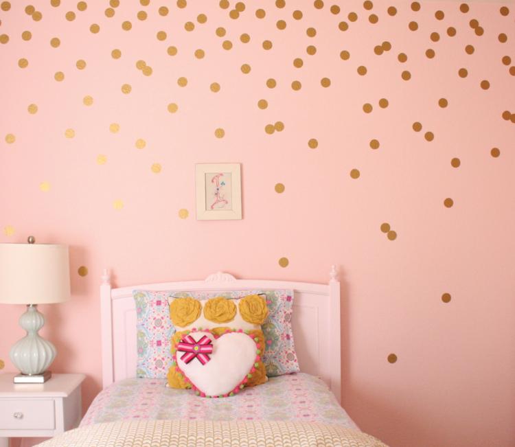 Wandfarbe Altrosa Wandgestaltung Gold Punkte Bett Romantisch