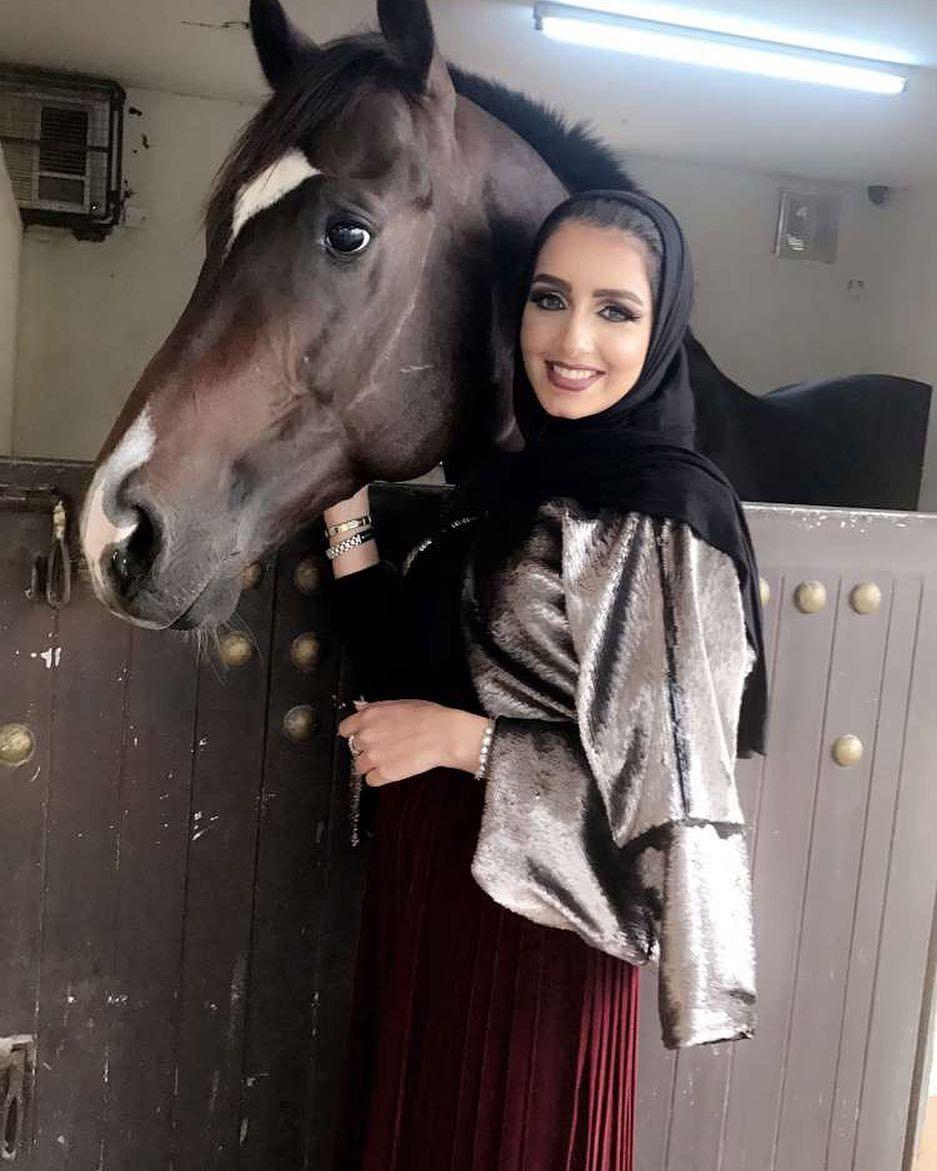 سماني مهرته وهو عاسف الخيل خيال ويحب الخيول الأصيله أسهرت أنا عينه مع النجم وسهيل يجمع خفوقي والهوى هد حيله Hijab Fashion Fashion Women