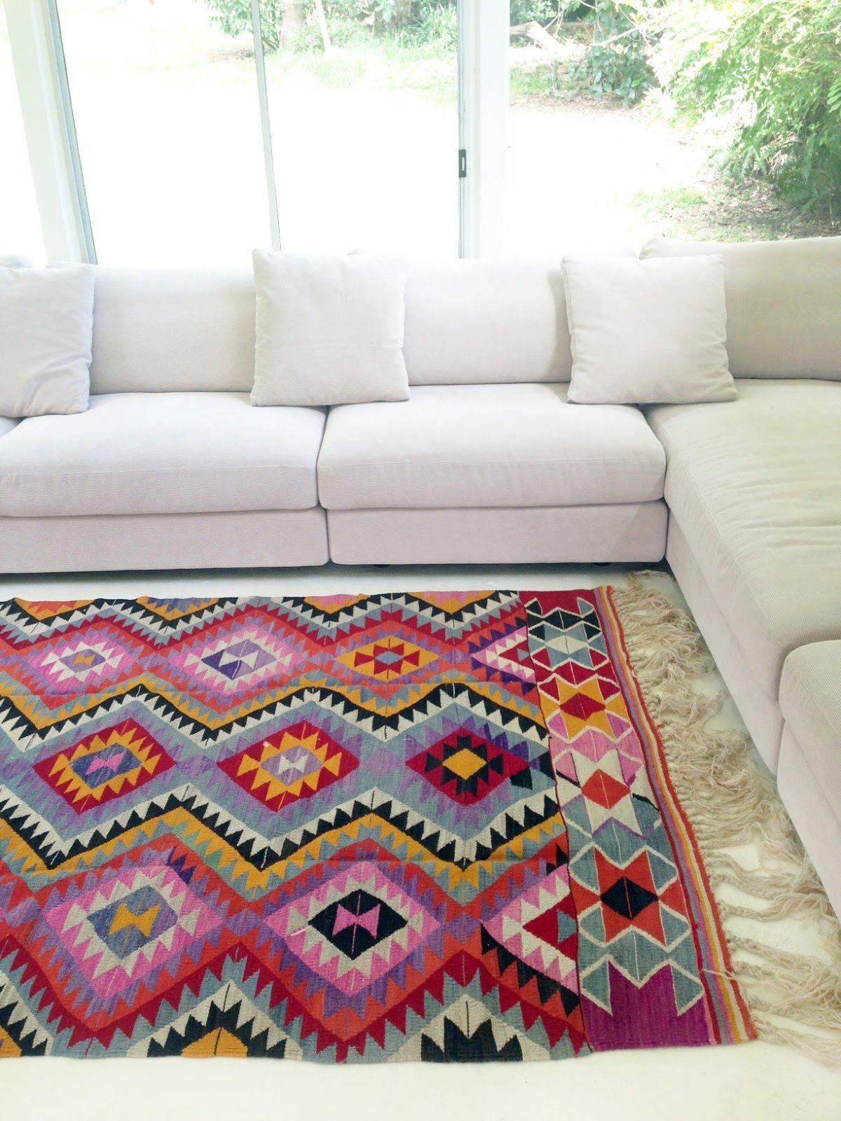Alfombra turca muy colorida, da un cambio espectacular a esta sala ...
