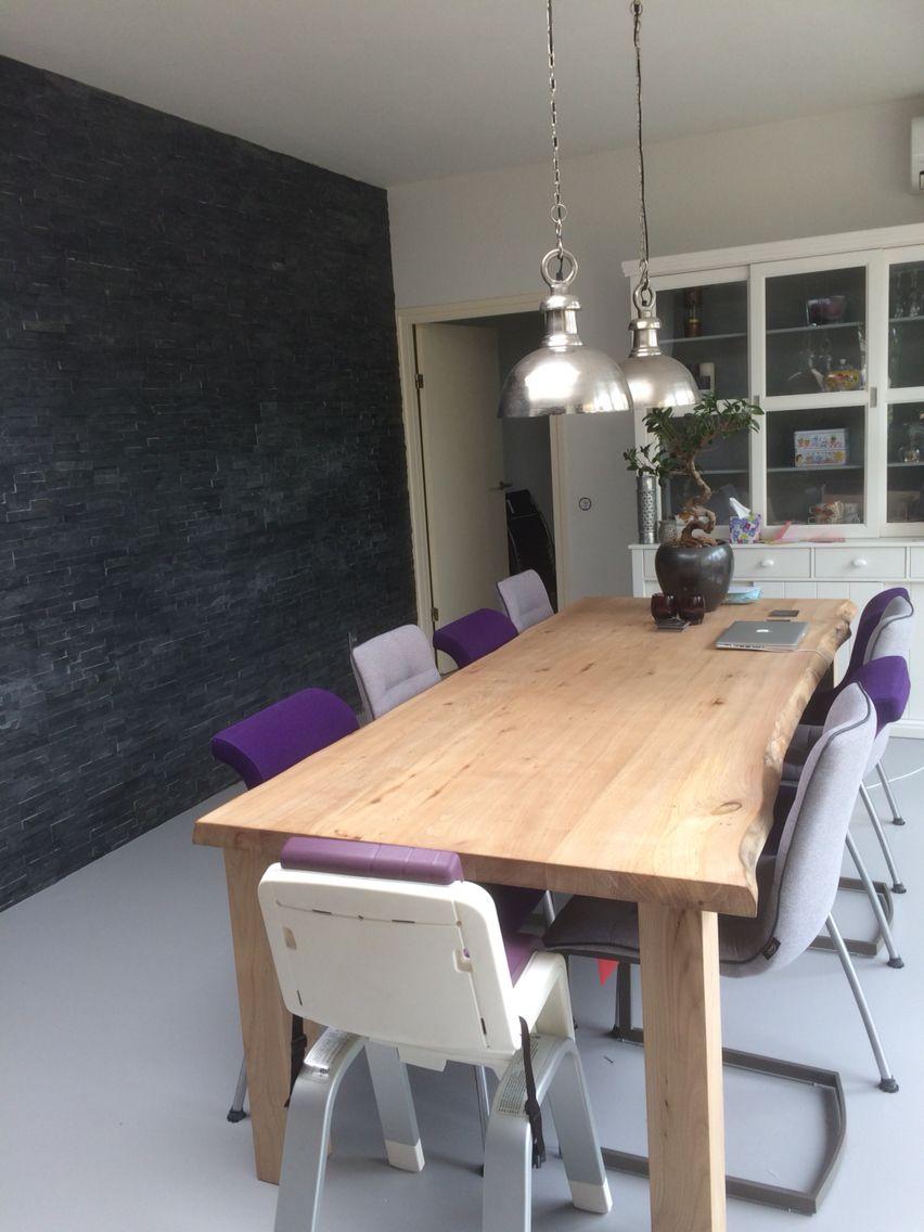 natuursteen muur robuuste houten iepen tafel gietvloer