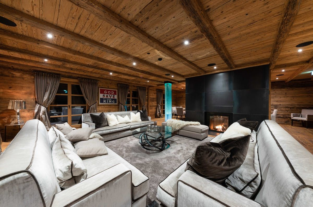 Having Won The Title Of Austria S Best Ski Chalet At The World Ski Awards Three Years Running It Is Unsurprising T Chalet Design Luxury Ski Mountain Interiors