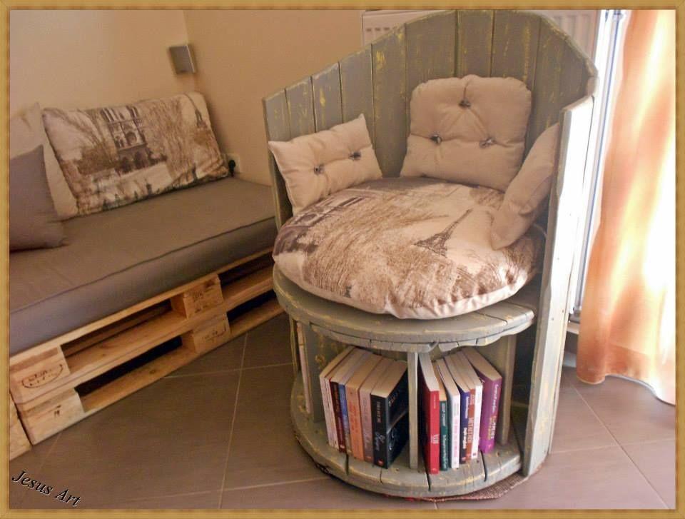 Fauteuil construit en utilisant une bobine de c ble en bois et deux palettes - Fauteuil en bois de palette ...