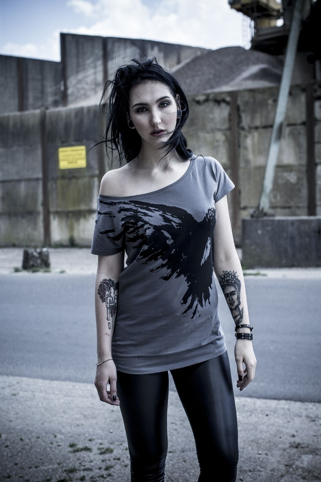 """Dieses T-Shirt """"Flying Raven"""" von Black Premium by EMP ist einfach der Hammer. Das graue T-Shirt hat einen U-Boot Ausschnitt. Besonders cool ist der große fliegende Rabe auf dem grauen T-Shirt vorne und hinten - sau gut, oder?! #blackpremium #rockfashion #empstyle"""