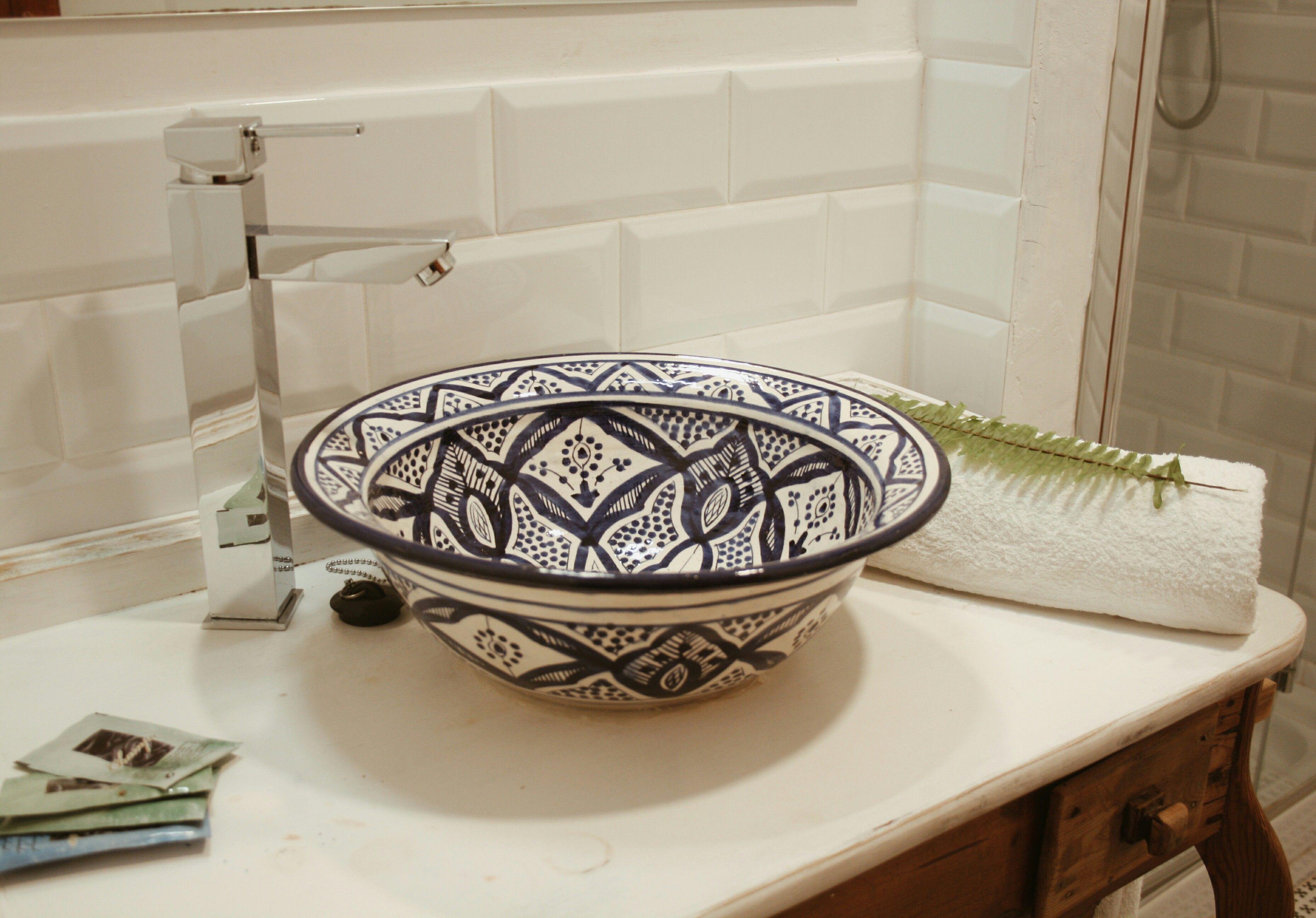 Lavabo de ceramica pintada elaborado en Fez, Marruecos. Instalado en ...