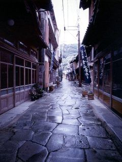 島根県松江市の青石畳通りには昔ながらの風情がある街並みが残っているんですよ 石畳の道が美保神社から仏谷寺まで続いています 朝と夕方や雨の後の散策するのがおすすめ Tags 島根県 美しい場所 島根 ランドスケープデザイン
