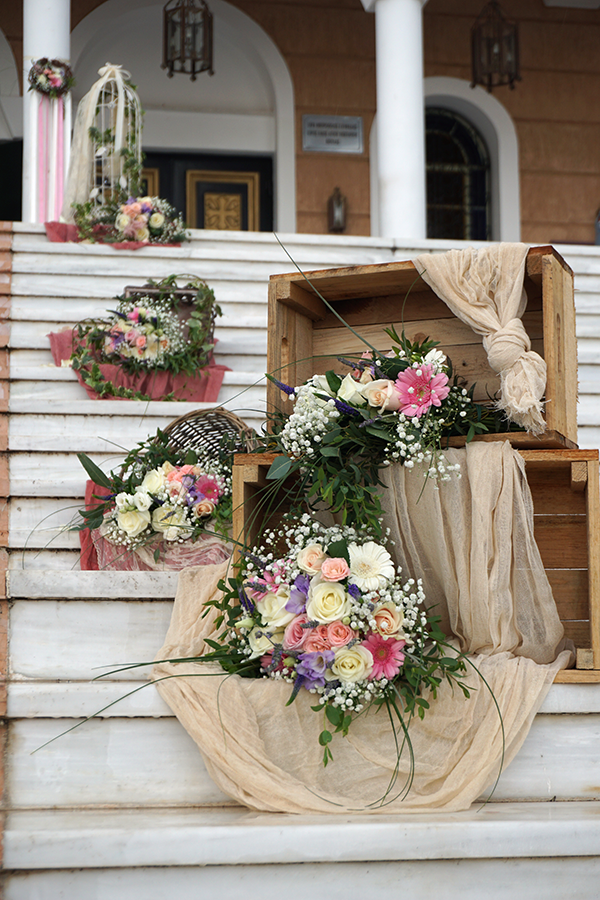 d807eb43562b Διακόσμηση στα σκαλιά εκκλησίας vintage