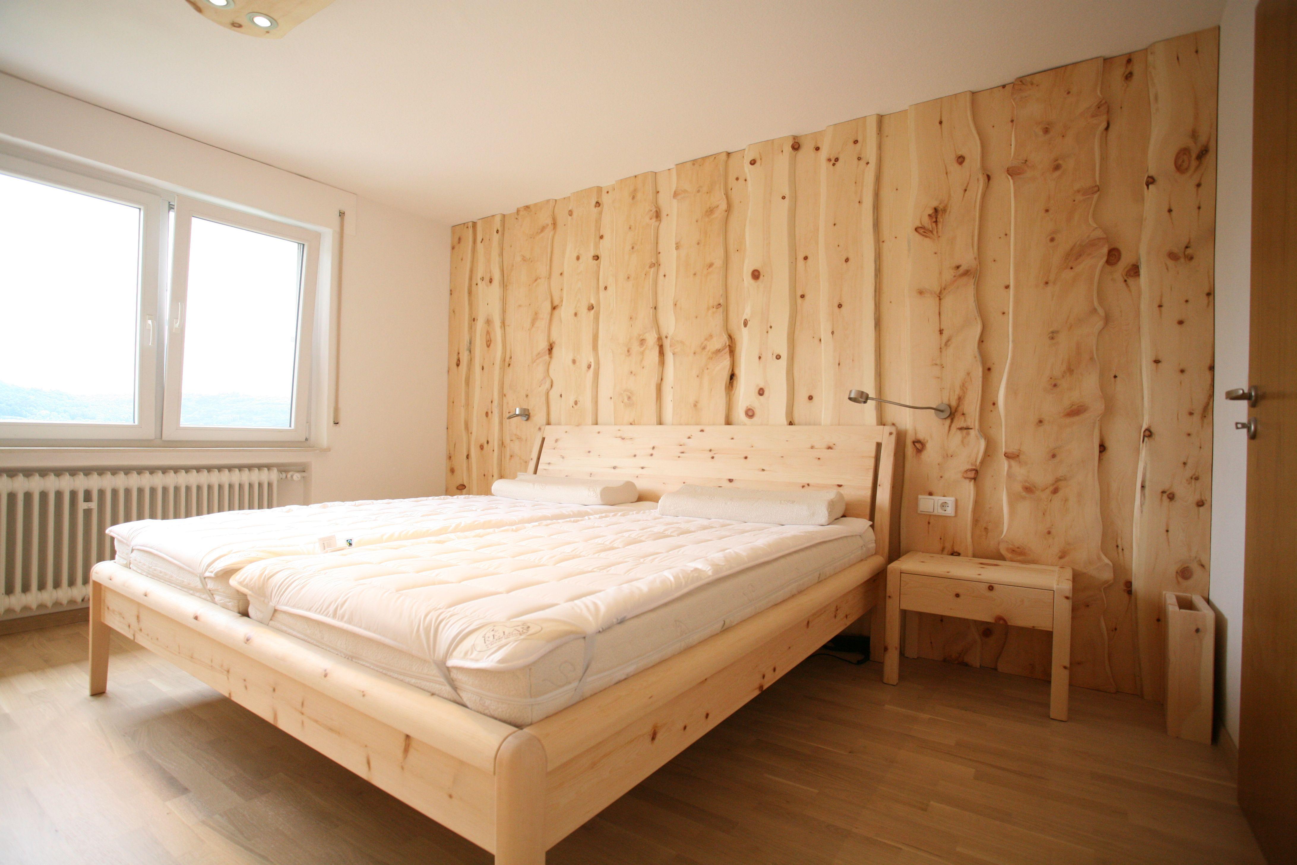 Bett, Nachtkästchen und Wandverkleidung aus Zirbenholz ...