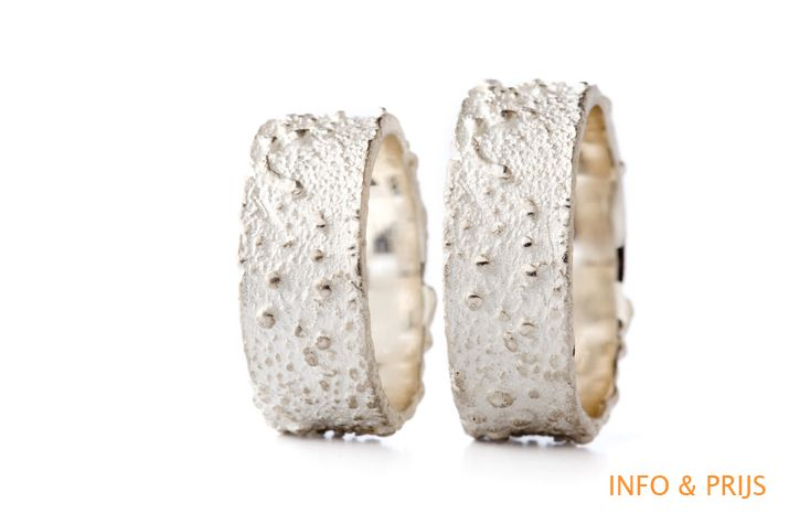 WEDDING BAND WITH COARSE TEXTURE