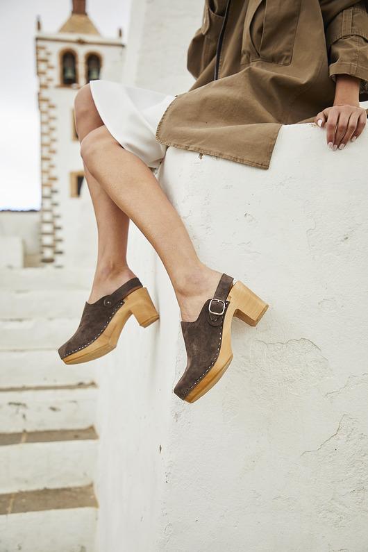 Wsuwane Buty Zamszowe Na Drewnianej Podeszwie Pakamera Pl Trending Shoes Style Inspiration Summer Sandals Summer