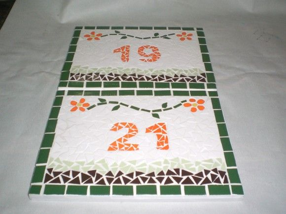 Mosaico de azulejo sobre placa MDF (área coberta ) ou placa cerâmica (área descoberta Tamanho: 20 x 15 cm Produto feito sob encomenda, com o número da sua casa. Também podem ser criados com  novos desenhos, formatos e cores. R$70,00