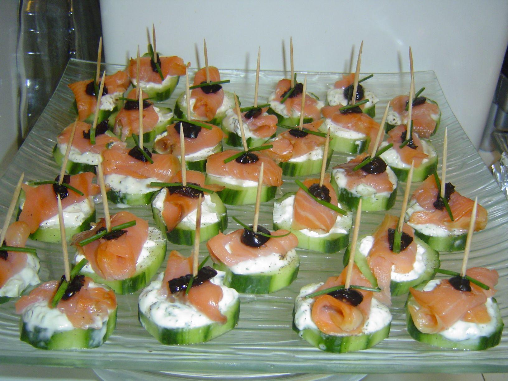 Canap s au concombre saumon fum assiette de pr sentation le concombre et olives noires - Comment presenter des crevettes en entree ...