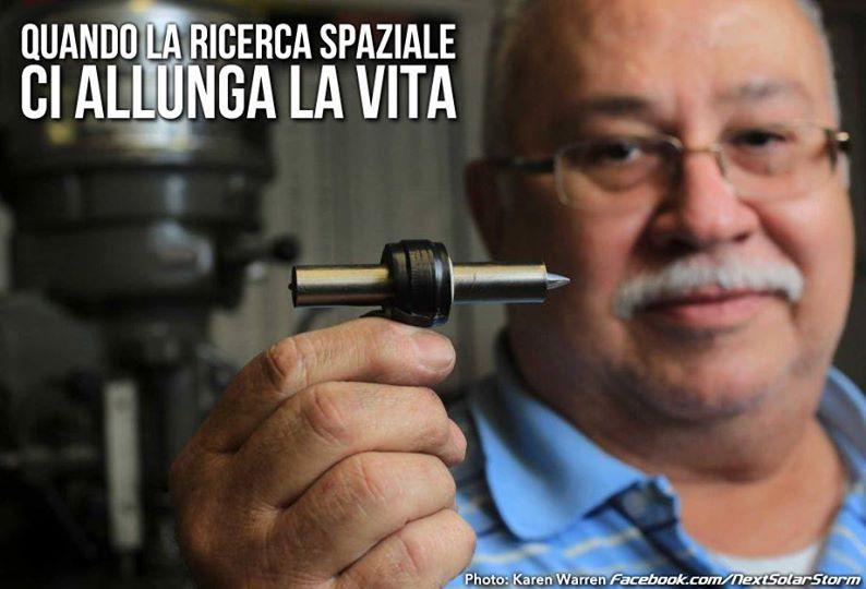 In mano tiene il primo prototipo di un LVAD da lui costruito, acronimo per Left Ventricular Assist Device.