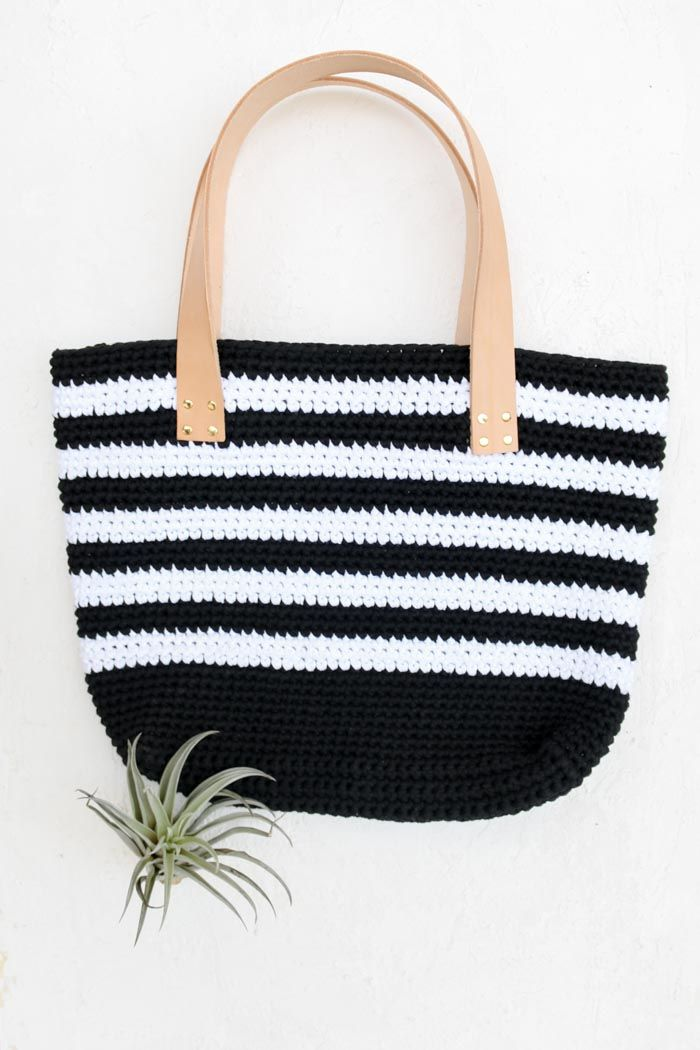 45b1118eac Free crochet beach bag pattern with leather handles. This modern tote bag  using Lion Brand Fast-Track yarn is stylish and easy enough for beginners.