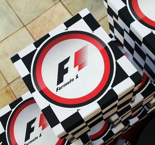 Cajitas de Fórmula 1 con sorpresas para los niños.