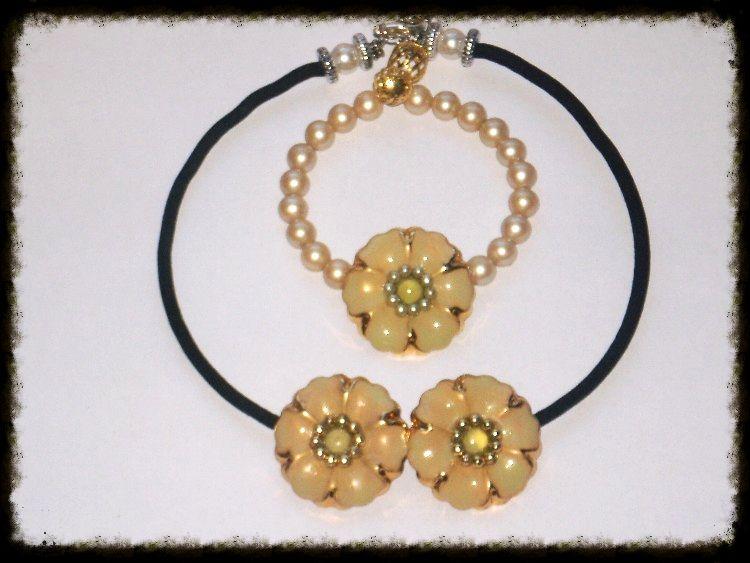 Bijoux handmade with love By Valery Riciclo creativo! Bracciale con filo armonico impreziosito  con perle e con un fantastico bottone al centro, arricchito con perline di conteria!